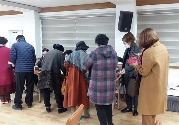 전북시인협회 제8대 회장 선거 투표 행렬  2월 8일 오후 전주시 덕진구 소재 전북문학관 대강당에서 전북시인협회 제8대 회장 선거가 치러졌다. 투표권자인 시인들이 기표 용지를 받고 줄을 서서 투표를 기다리고 있는 모습.
