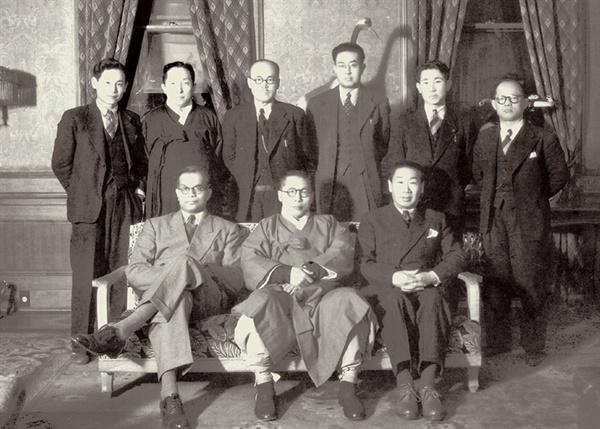 경교장을 방문한 유엔 한국 임시위원단과 함께한 백범 김구. 백범의 왼쪽이 메논 단장이다.(1948.2.6.)
