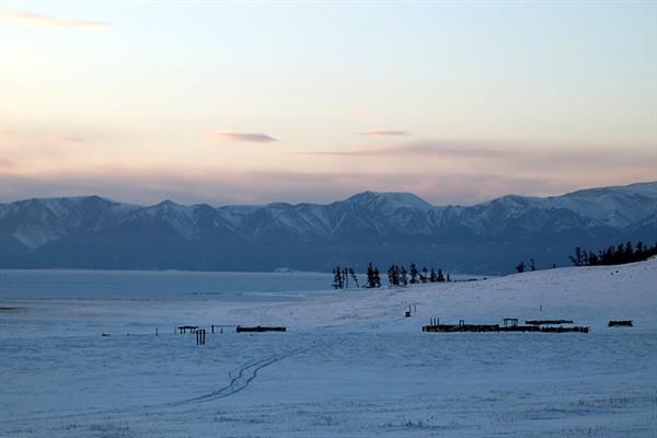 저 멀리 눈덮힌 산맥 아래 홉스글 호수가 얼어있고 볼나이 온천으로 가는 길옆 유목민 울타리는 비어 있었다. 유목민들은 날씨가 추워지는 겨울이 되면 가축을 데리고  조금 더 따뜻한 곳으로 이동한다.