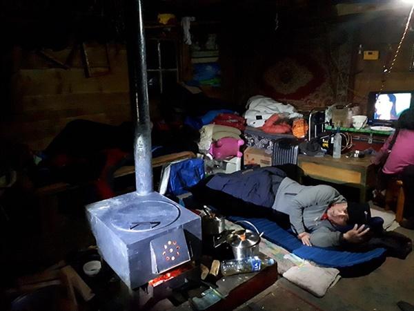 영하 40도에서 길을 잃어 헤매다 유목민 통나무 집에서 곤히 잠든 일행들.필자는 불당번이라 깨어 있었다