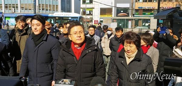 황교안 자유한국당 대표가 9일 오후 서울 종로구 '젊음의 거리' 상가 일대를 돌아보고 있다.
