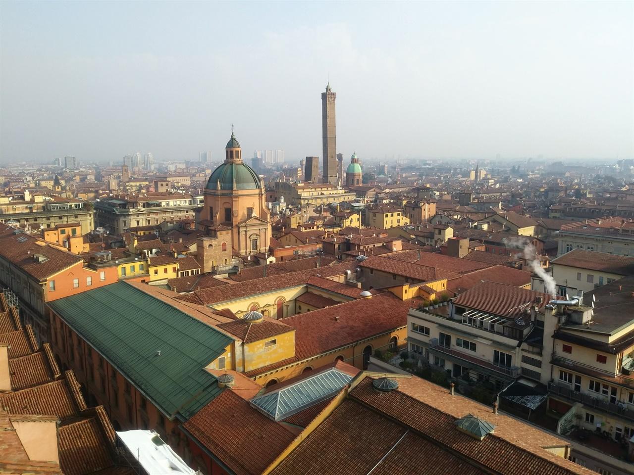 볼로냐 구시가 전경 볼로냐 대성당 테라스에서 내려다 본 구시가 전경. 건물의 지붕이 모두 붉은 색이어서 '붉은 도시'라는 별칭이 생겼다는 주장은 조금 어색해보인다.