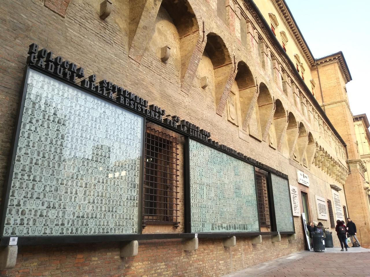 레지스탕스 추모비 제2차 세계대전 당시 희생된 레지스탕스들의 사진과 이름을 적은 추모비가 도서관 벽에 세워져 있다.