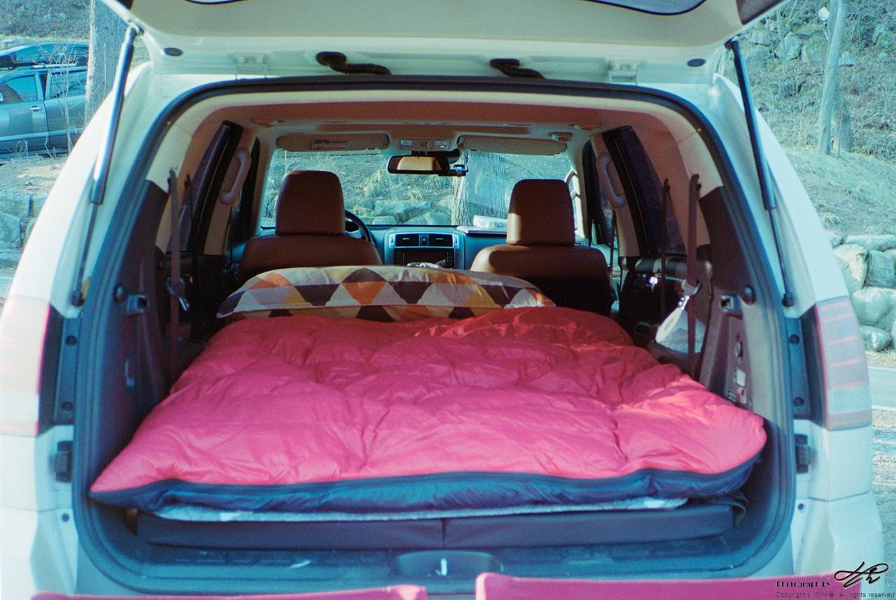 텐트 대신 차에서 (Konica현장감독28/Portra400)쉘터를 생활 공간으로, 차량을 숙박 공간으로 이용한다.