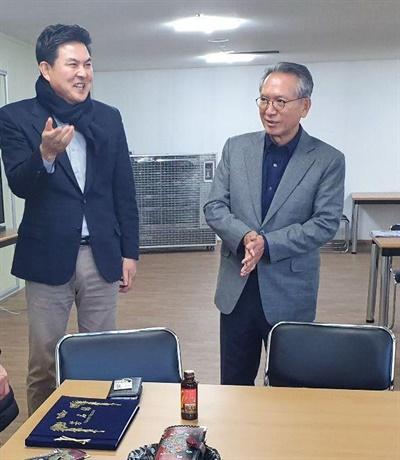 김형오 자유한국당 국회의원선거 공천관리위원장이 9일 오후 거창에 있는 김태호 예비후보 사무실을 찾아 이야기를 나누었다.