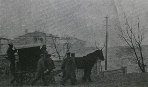 1910년 3월 26일 뤼순 감옥에서 안중근 의사를 태운 마차가 형장으로 가고 있다