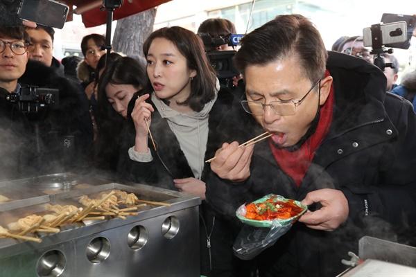 21대 총선 서울 종로 출마를 선언한 자유한국당 황교안 대표가 9일 오후 서울 성균관대학교 인근 분식점을 찾아 떡볶이를 먹고 있다.