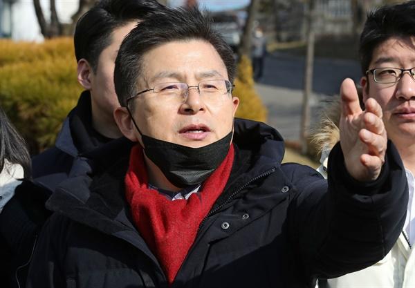 4·15 총선 서울 종로에 출마를 선언한 자유한국당 황교안 대표가 9일 오후 서울 종로구 정독도서관에서 취재진의 질문에 답하고 있다