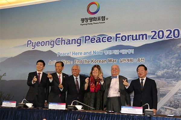 9일 강원도 평창 알펜시아 컨벤션 센터에서 '평화! 바로 이곳에서' 라는 슬로건으로 제2회'2020년 평창평화포럼' 첫 날 공식 기자회견에서 참석자들이 손가락 하트를 보여주고 있다.