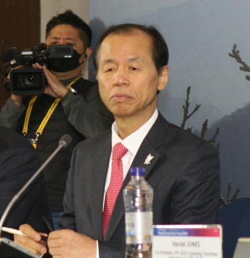 9일 최문순 강원지사가 2020평창평화 포럼 기자회견에 참석해 질문에 답하고 있다.