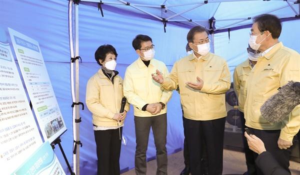 문재인 대통령이 5일 성동구 보건소에서 신종 코로나바이러스 감염증 대응에 대한 설명을 들은 뒤 박원순 서울시장(오른쪽)과 대화하고 있다.