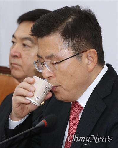 목 축이는 황교안 자유한국당 황교안 대표가 10일 오전 서울 여의도 국회에서 주재한 최고위원회의에서 목을 축이고 있다.