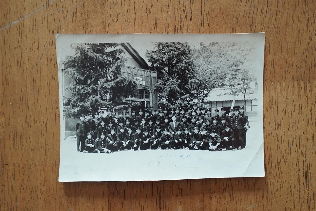 책방에서 보관하고 있는 가장 오래된 기념사진. 단기 4288년(1955년)에 어느 학교 교정에서 찍은 사진이다. 이 소년들 중 누가 책방으로 책을 보냈을까.