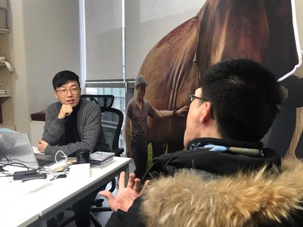 김현기 PD가 <오마이뉴스>와 인터뷰를 하고 있다.