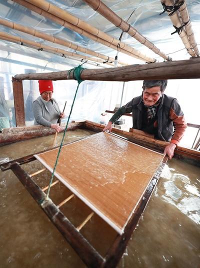 함양군 마천면 창원마을의 이상옥씨의 전통한지 만들기.