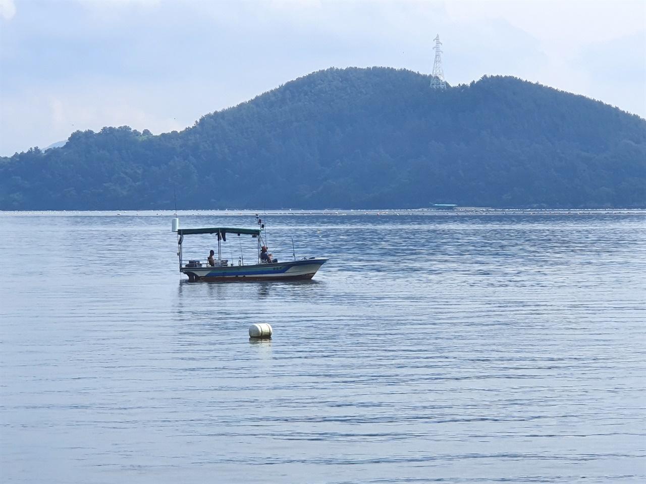 창포 바닷길에서 잔잔한 바다에 배를 띄우고 고기를 잡는 사람과 길다란 낚싯대를 드리워놓고 여유를 즐기는 사람들을 만난다. 망망대해 거칠 것 없는 바다와는 또다른 묘한 매력이 있다.