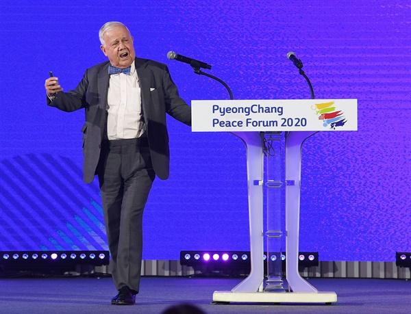 환영사하는 짐 로저스  짐 로저스 로저스홀딩스 회장이 9일 오후 강원도 평창군 대관령면 알펜시아컨벤션센터에서 열린 2020 평창평화포럼 개회식에서 환영사를 하고 있다.