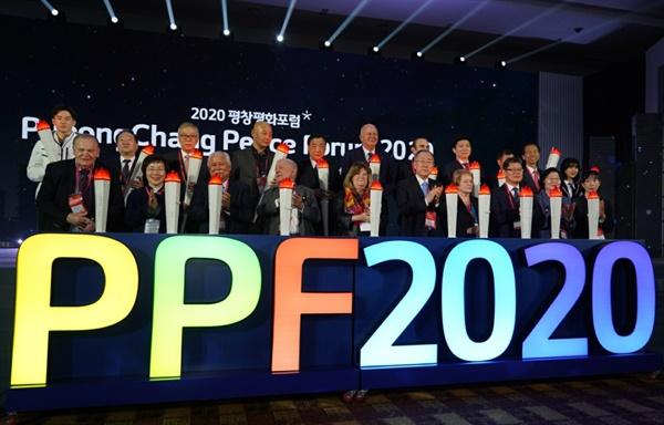 2020평창평화포럼 9일 강원도 평창 알펜시아 컨벤션센터에서 개최된 '2020 평창평화포럼 개회식'에서 참석자들이 기념촬영을 하고 있다.