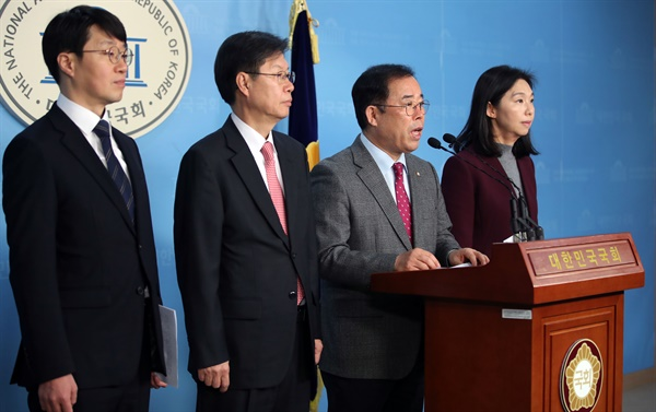 자유한국당 박성중 의원이 11일 국회 정론관에서 박원순 서울시장 고발 관련 기자회견을 하고 있다.