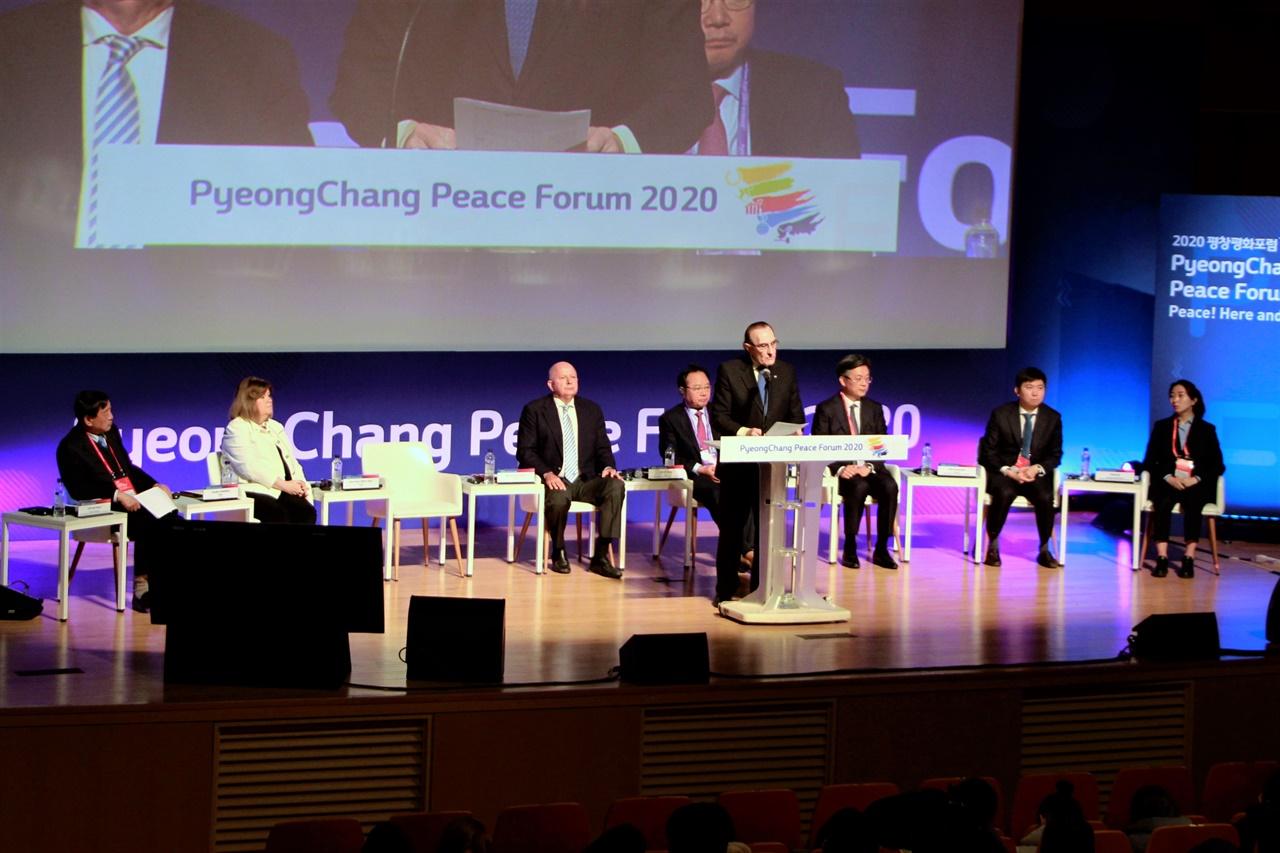 2020 평창평화포럼 '올림픽 휴전과 2024 동계 유스올림픽 : 평창동계올림픽 유산 확산' 섹션에서 이반 디보스 IOC 위원이 발표하고 있다.