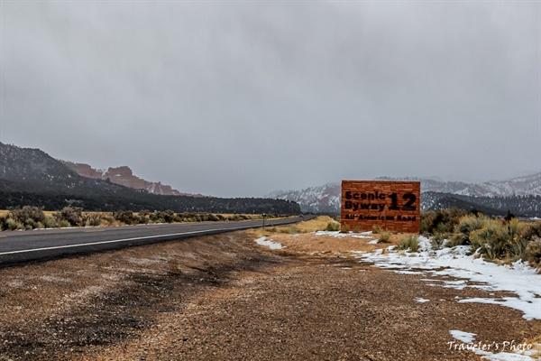 아름다운 도로 12번 국가 지정 아름다운 도로(National Scenic Byway)로 지정된 12번 도로를 알리는 이정표가 보인다. 조금 더 가면 레드 락 캐니언이 있고, 좀 더 가면 브라이스 국립공원이 나온다.