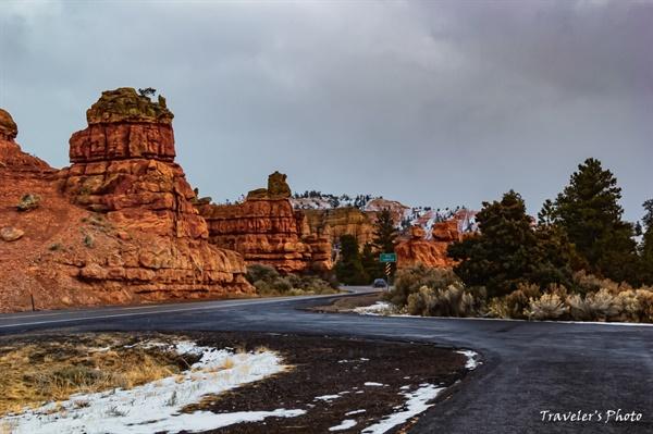 레드락 캐니언(Red Rock Canyon) 지난 밤에는 눈이 내리지 않았지만, 그 전에 내린 눈이 아직 남아 있다.