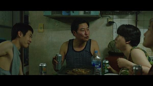 기생충의 한 장면. 엄마 역할을 맡은 배우만 해외 맥주 대신 필라이트 맥주를 마시고 있다.