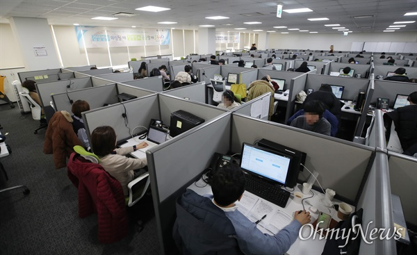 11일 오후 서울 영등포구 질병관리본부 1339콜센터에서 상담원들이 상담업무를 보고 있다. 질병관리본부 감염병 전문 콜센터는 24시간 연중무휴로 운영되며 상담원들 외에도 보건·의료 등 전문인력 19명이 상주하고 있다.