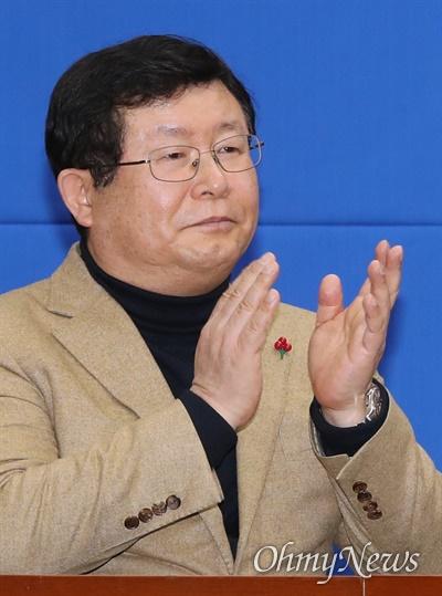 더불어민주당 설훈 최고위원이 11일 오전 서울 여의도 국회에서 열린 인재영입 발표 행사에 참석하고 있다.