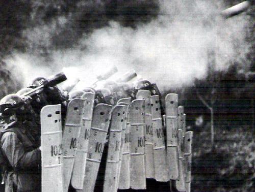 학생들이 집회를 마치고 거리로 나가려고 하자, 학교 내에 들어온 경찰이 최루탄을 발사하고 있다. (1987.5.28)