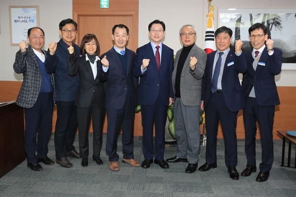 김경수 경남지사는 12일 박장렬 '도립극단' 예술감독 임명장을 수여했다.