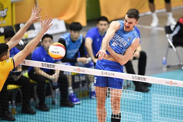 삼성화재 외국인 선수 산탄젤로 산탄젤로는 외국인 선수로 팀에 합류했지만 아쉬운 모습을 보여주고 있다.