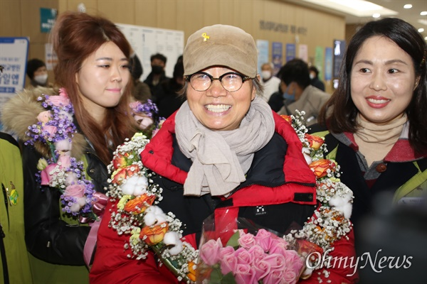 박문진 영남의료원 전 지도위원이 고공농성 227일 만인 12일 오후 환하게 웃으며 걸어나오고 있다.