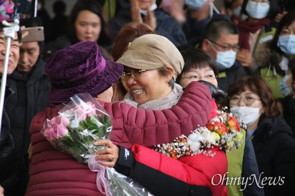 박문진 영남대의료원 전 지도위원이 고공농성 227일 만인 12일 오후 병원 옥상에서 내려오자 밖에서 기다리던 한 시민단체 관계자가 포옹을 해주고 있다.