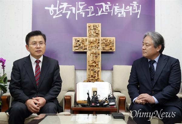황교안 자유한국당 대표와 이홍정 한국기독교교회협의회(NCCK) 총무가 12일 오후 서울 종로구 한국기독교회관에서 대화하고 있다