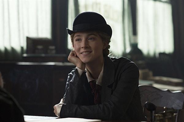 영화 <작은 아씨들>의 조(시얼샤 로넌)는 작가 지망생으로 꿈을 포기하지 않는다.