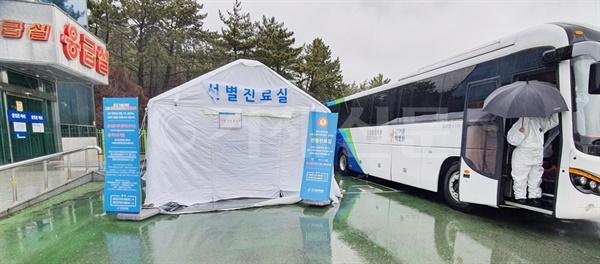 백병원 응급실 맞은편에 설치된 선별진료실, x-ray 촬영기가 탑재된 버스다.