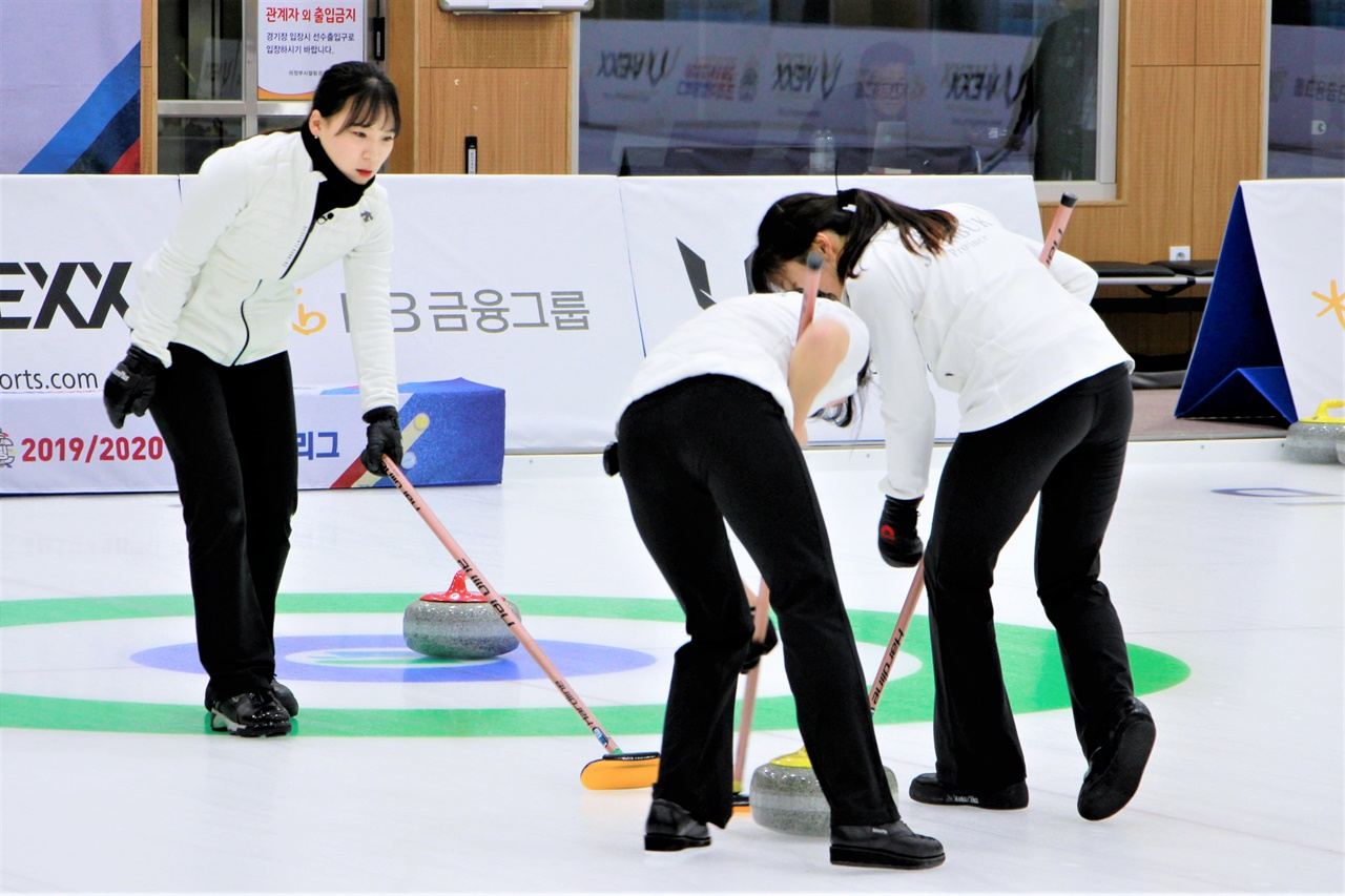 코리아 컬링 리그 경기에서 전북도청 오은진(왼쪽) 스킵이 스톤의 위치를 보고 있다.