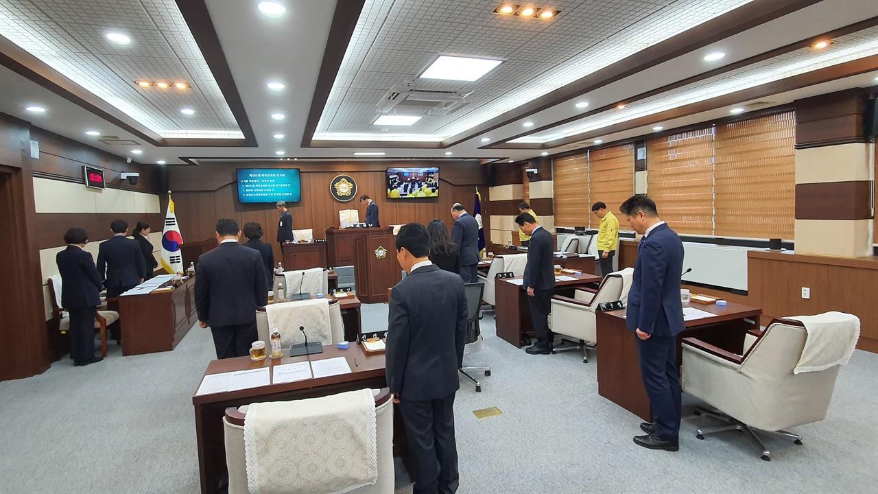 순국선열과 호국영령에 대한 묵념을 하고 있는 태안군의회 의원