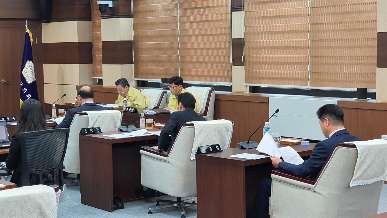 앞에서부터 김종욱, 송낙문 의원, 박용성 부의장