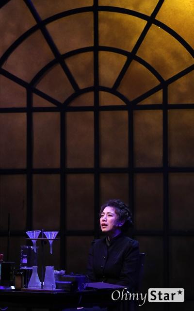'마리 퀴리' 정인지, 깊은 울림 담은 연기 13일 오후 서울 중구 퇴계로의 한 공연장에서 열린 뮤지컬 <마리 퀴리> 프레스콜에서 마리 스클로도프스카 퀴리 역의 배우 정인지가 하이라이트 시연을 하고 있다. 뮤지컬 <마리 퀴리>는 역사상 가장 위대한 과학자로 꼽히는 마리 퀴리의 대표적 연구 업적인 라듐 발견과 그로 인해 초래되는 비극적인 사건들을 다룬 여성 중심 서사극이다. 2월 7일부터 3월 29일까지 충무아트센터 중극장 블랙에서 공연.