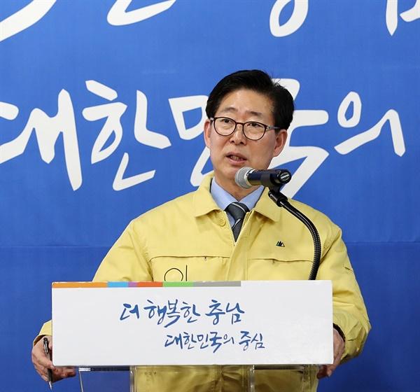 양승조 도지사가 13일 아산 현장대책본부에서 열린 기자회견에서 강도 높은 지역경제 활성화 대책을 밝히고 있다.