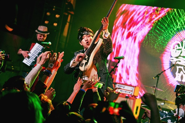 '2020 경록절'에서 자축 무대를 가지는 한경록과 록 밴드 크라잉넛의 모습.