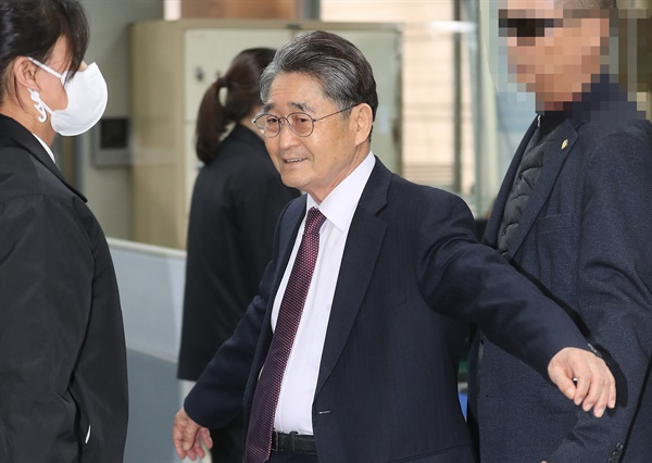 5.18 민주화운동에 참여한 광주 시민들을 북한 특수군이라고 주장해 명예훼손 혐의로 재판에 넘겨진 지만원씨가 13일 서초동 서울중앙지법에서 열리는 1심 선고공판에 출석, 법정 입장을 위해 몸 수색을 받고 있다.