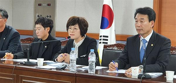 13일 강릉시의회 더불어민주당 소속 의원들이 강릉마블테마파크 논란에 대해 김한근 시장이 직접 나서 해해라고 요구하는 기자회견을  하고있다.