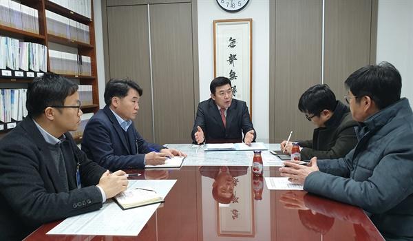 윤영석 의원은 13일 한국철도공사와 한국철도시설공단 실무자를 만나 '물금역 KTX 정차 문제'를 협의했다.