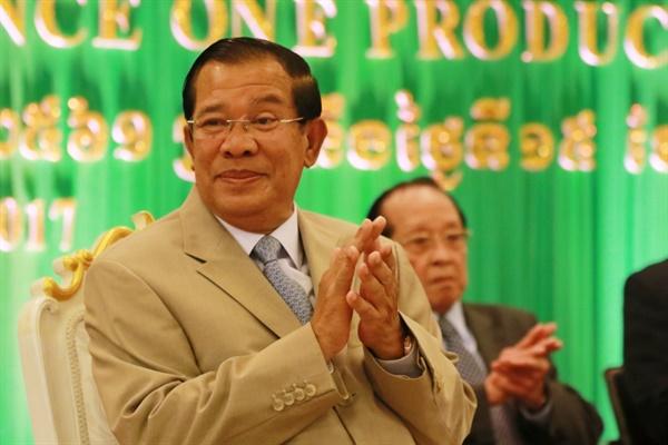 35년째 장기집권중인 캄보디아 최고 권력자 훈센 총리 훈센 총리는 EU의 캄보디아 민주주의 개선 요구를 주권침해라며 강하게 비판한 바 있다.