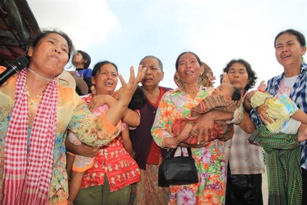 일부 캄보디아 재벌기업들의 토지수탈과 노동자 유린 및 인권탄압 사례에 대해 EU를 비롯한 서방세계가 캄보디아 정부에 여러차례 걸쳐 시정을 요구한 바 있다. 사진은 모 재벌의 토지수탈로 살던 집과 터전을 잃은 현지 여성들이 시내 시위에 나선 모습. (참고사진)