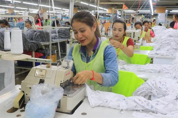 캄보디아 현지 섬유봉제공장 내부 모습. 캄보디아 섬유봉제의류산업은 여성 근로자가 90%를 차지한다.