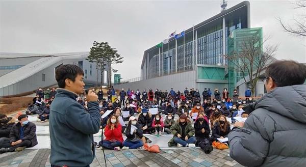 산폐장 반대위를 비롯해 지곡면 환경지킴이. 백지화연대와 충남지역 노동·환경 단체 등 300여 명은 13일 충남도청 앞에서 양지사의 약속이행을 촉구하는 규탄대회를 열었다.